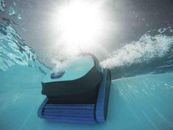 Comment enlever les saletés au fond de la piscine ?